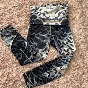 lululemon size 4 grey/white crop yoga leggings